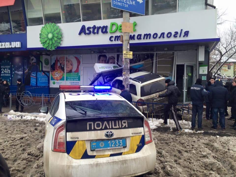 В Киеве автомобиль врезался в стоматологическую клинику2