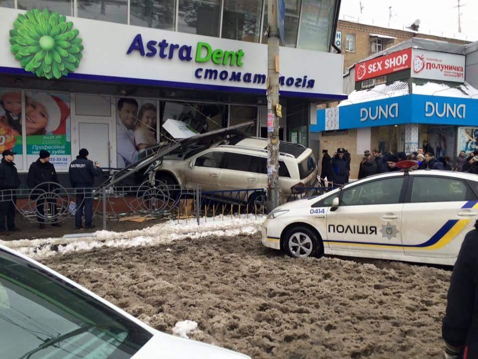 В Киеве автомобиль врезался в стоматологическую клинику3