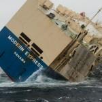 Судно с горючим, брошенное в море, может разбиться о берег Франции