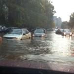 Автомобили тонут в киевской луже