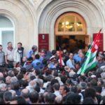 В Абхазии протестующие пытались поджечь здание МВД